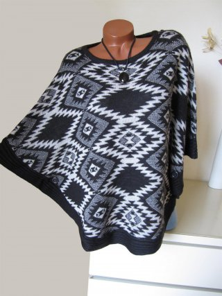 Oversize Strick Poncho Pullover Ethno Muster Knöpfe